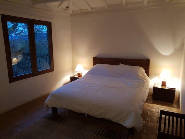 Alcoba principal cama king, TV cable, baño, vista, sonidos de la naturaleza incluídos