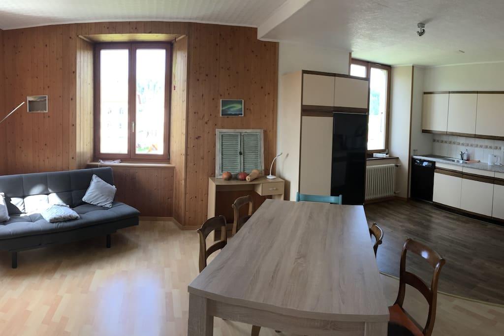 Cuisine-salle à manger avec banquette-lit