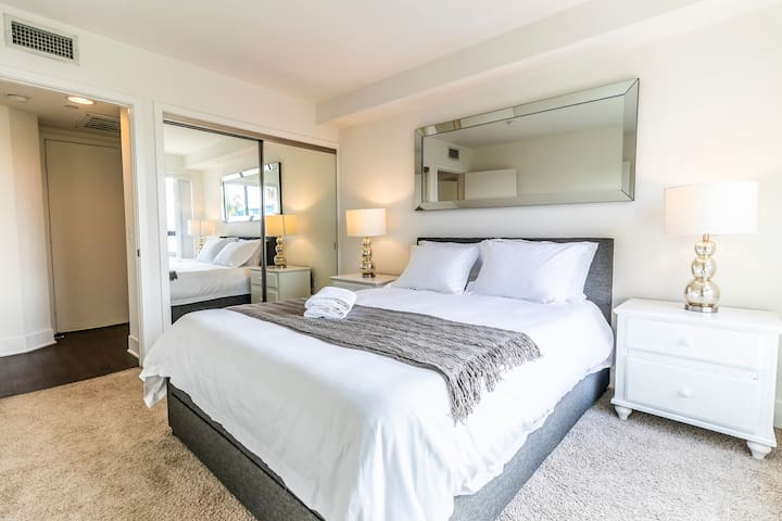 Bright Private Room in Santa Monica!
