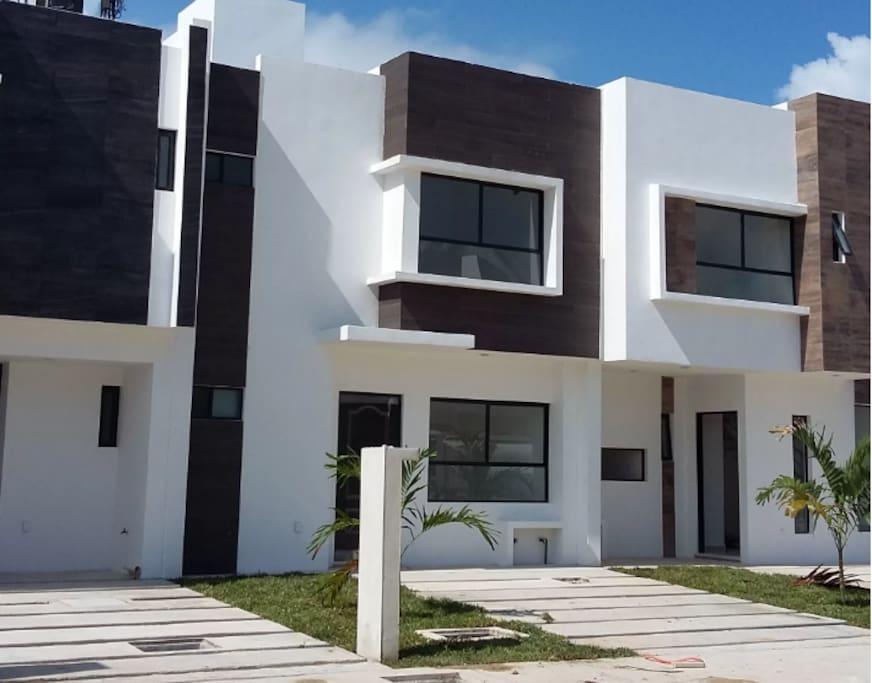 Hermosa casa de 2 pisos con acabados modernos.