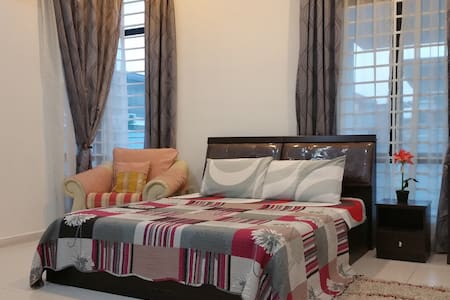Private Room A of Bungalow At Affordable Price - Melaka - Bungalo