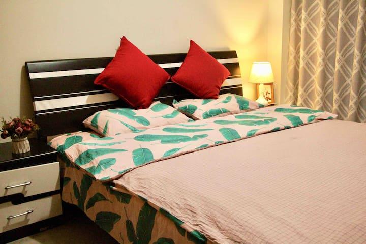 卧室1,1.8米的双人床