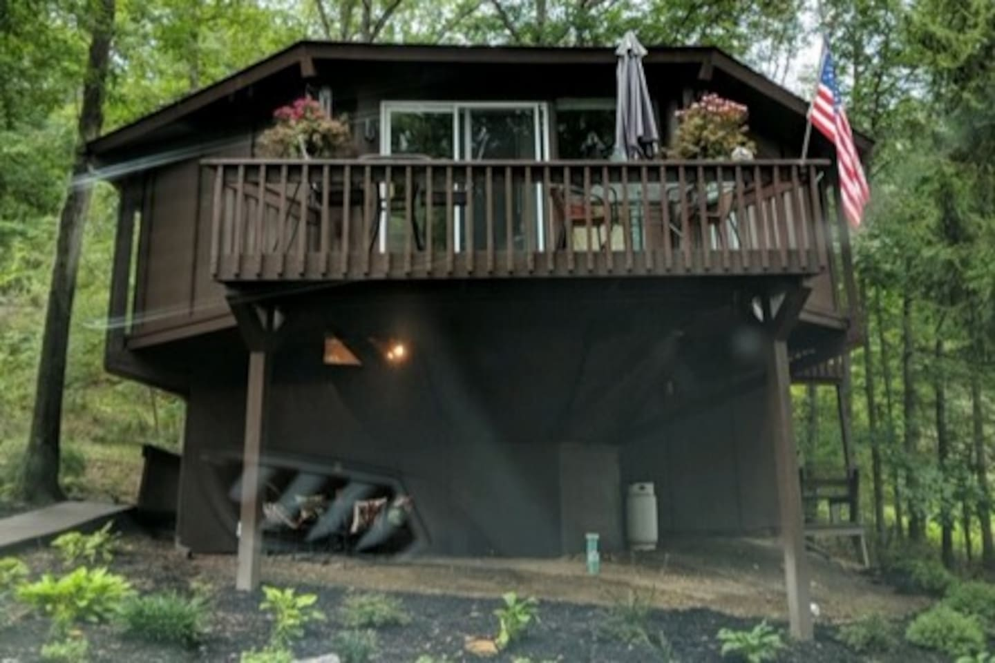 Octagon Cabin beside the award winning Omni Bedford Springs Resort &Spa and across from the resort's Old Course golfing. Five minutes from historic downtown Bedford!
