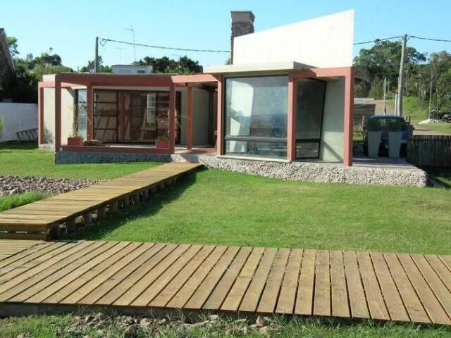 Casa con jardin sobre la playa