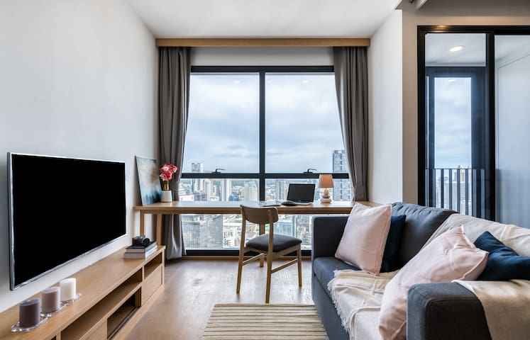 Spacious One Bed condo with Bathroom 3-minutes from Sam Yan MRT Station