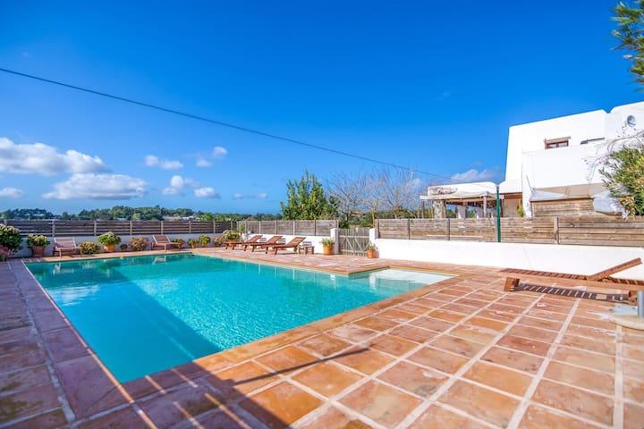 Elegante Villa in Santa Gertrudis de Fruitera mit Garten