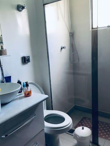 Banheiro com ducha e box blindex