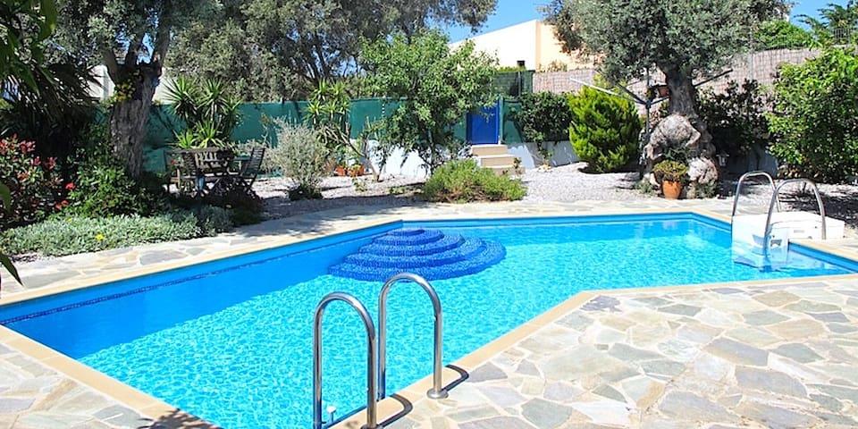 Stille og rolig med sjøutsikt og eget basseng - Pigianos Kampos