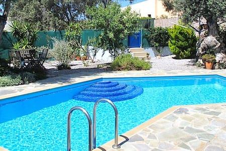 Stille og rolig med sjøutsikt og eget basseng - Pigianos Kampos - Rumah