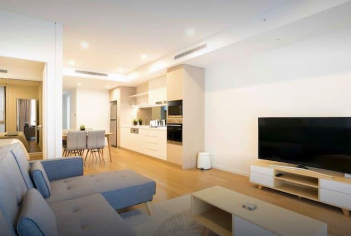 Perfect apt private room, close to train and CBD!