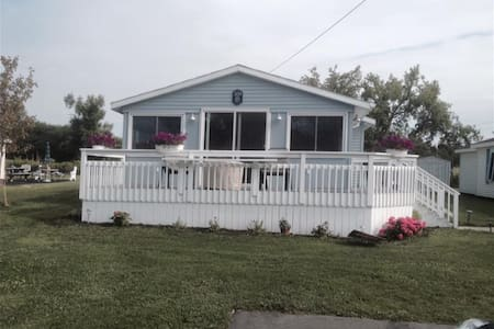 Summer home on Morgias Beach - Sackets Harbor - Hus