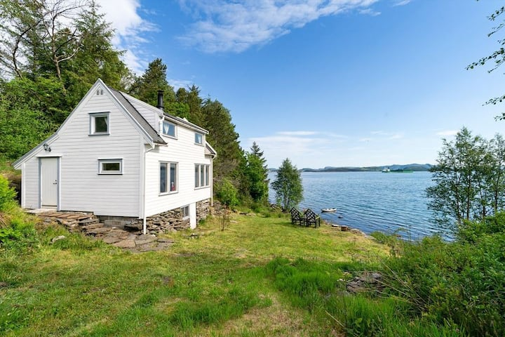 Charming cabin by the sea with beautiful scenery!
