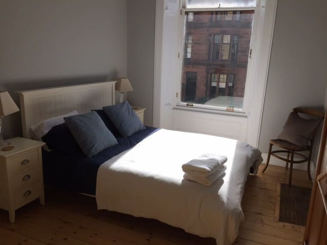Spacious room in West End