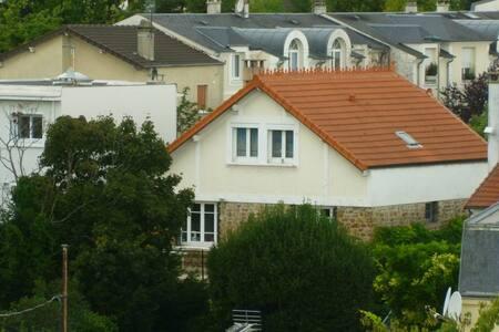 Chambre lumineux sur jardin arboré et terrasse