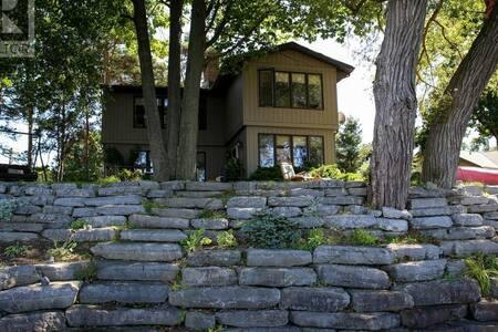 Charming Waterfront Sandbanks Cottage on West Lake - Prince Edward