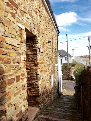 """Snookers"" Appledore Sleeps 6 with PARKING & Wifi"