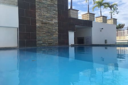 Luxury Apt. Rooftop Pool, Gym, Sauna Upscale Area