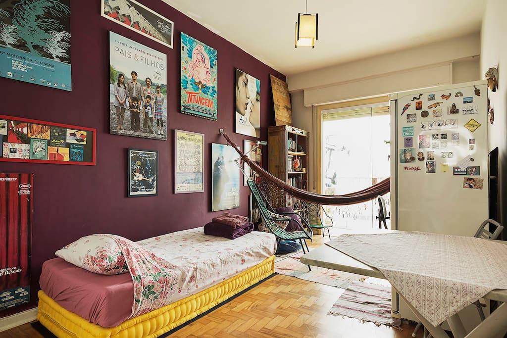 O futon é também cama, onde podem caber dois - futon is also the bed, for one or two