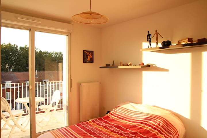 Double bedroom with balcony and private bathroom. - Lille - Apartament