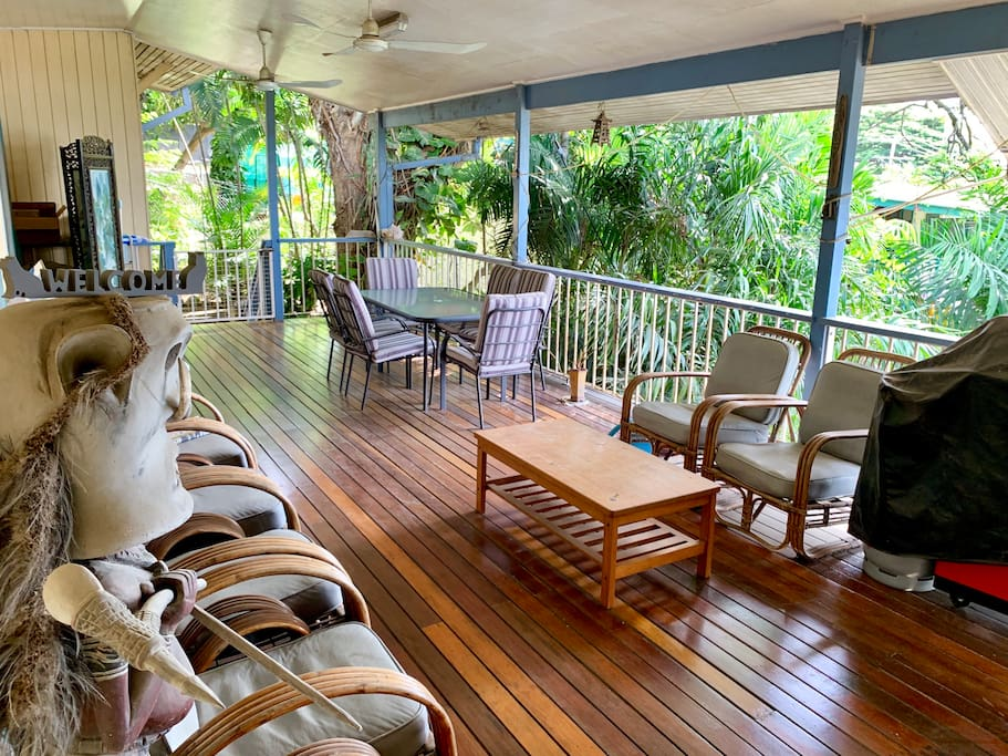 Large balcony with BBQ, overlooking the ocean...