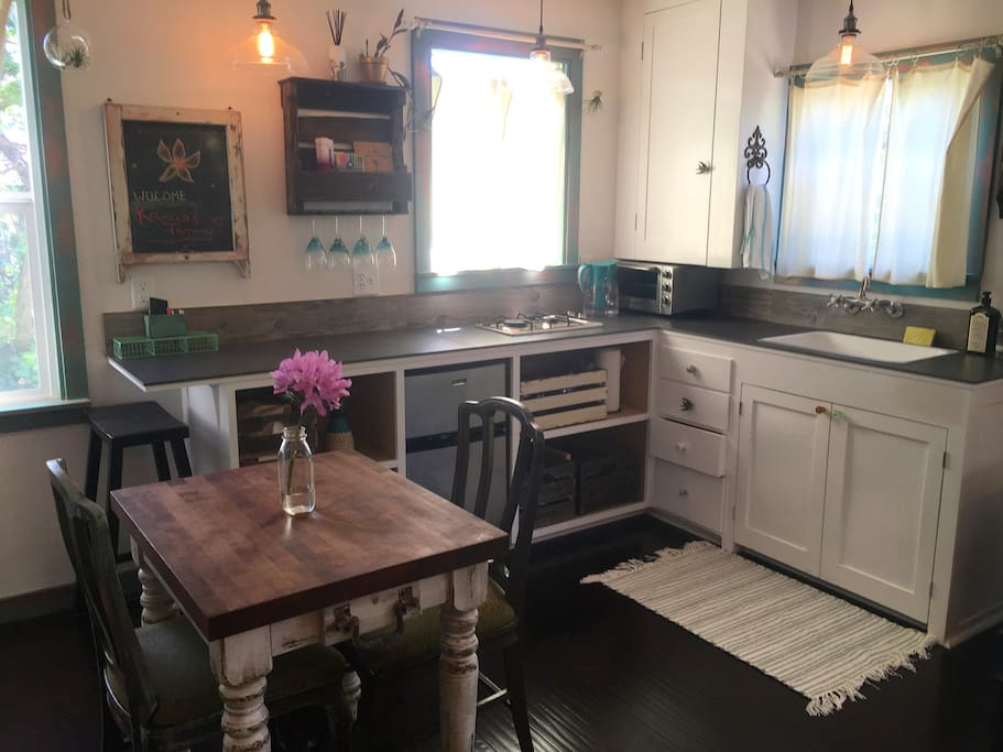 A quaint Kitchenette  with all the Basics!