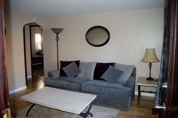 Updated Two Bedroom Near Pittsburgh - Pittsburgh - Appartement