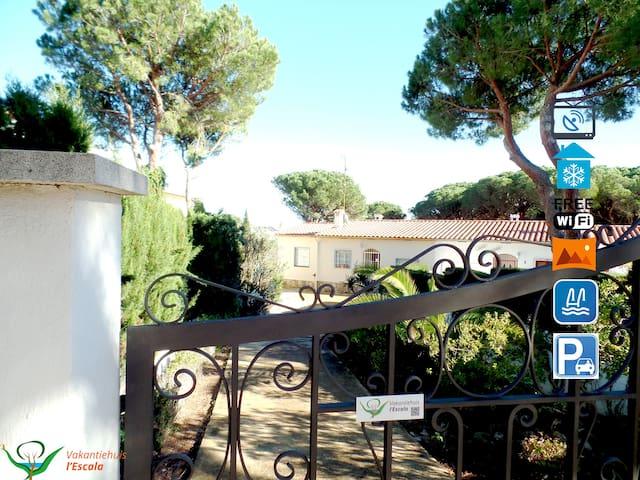 Schönes,ruhiges Ferienhaus mit WiFi,Pool und Klim - L'Escala - Hus