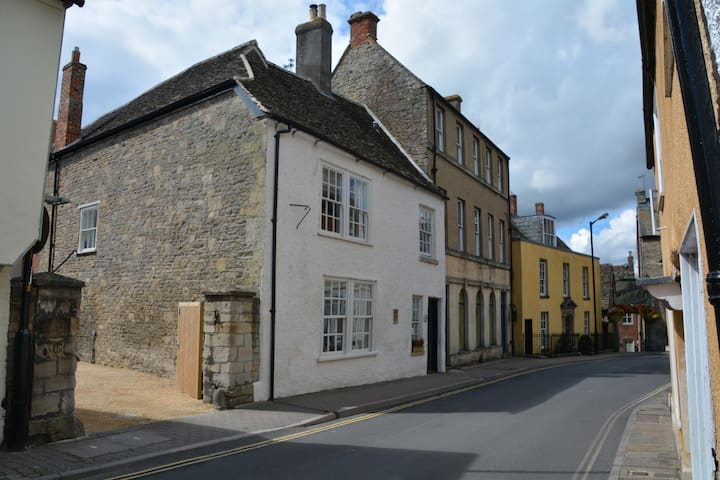 Private annexe central Malmesbury with parking