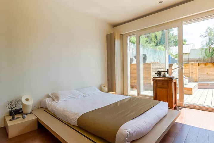 First bedroom with king size bed and access to the swimming pool