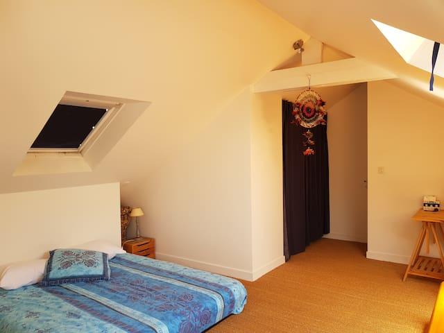 Belle chambre sous les toits, spacieuse, vue mer