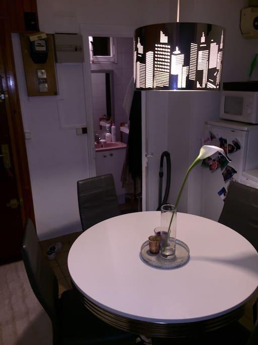 Cuisine spacieuse avec four, micro onde, cafetière, machine a laver... Parfaite pour faire des repas typiquement français!