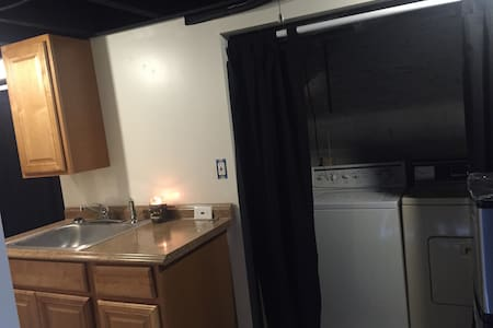 Private Basement Apartment across from park - Baltimore - Stadswoning