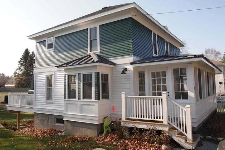 Charming Downtown Harbor Springs Cottage