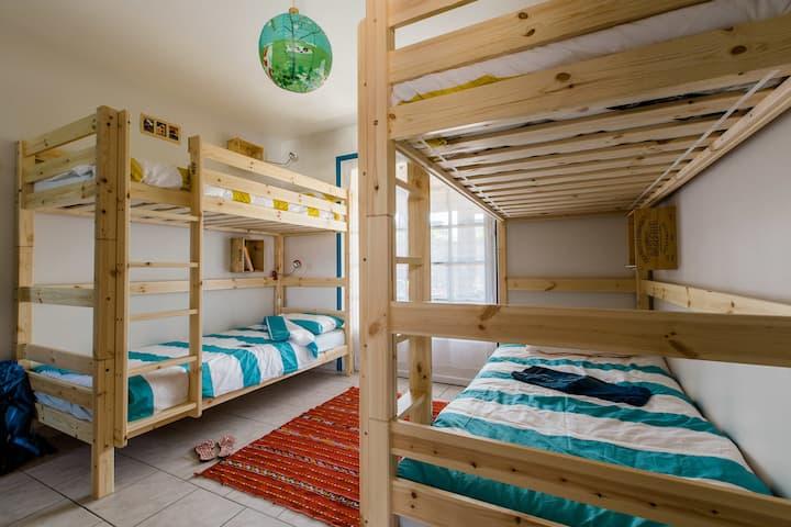 Hawaiian style 4bed dorm (Breakfast included)