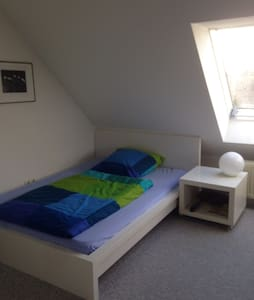 Großes Zimmer-seperates Bad, WC auf eigener Etage - Bayreuth - House - 1