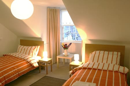 Comfortable en-suite twin room in townhouse B&B. - Casa adossada