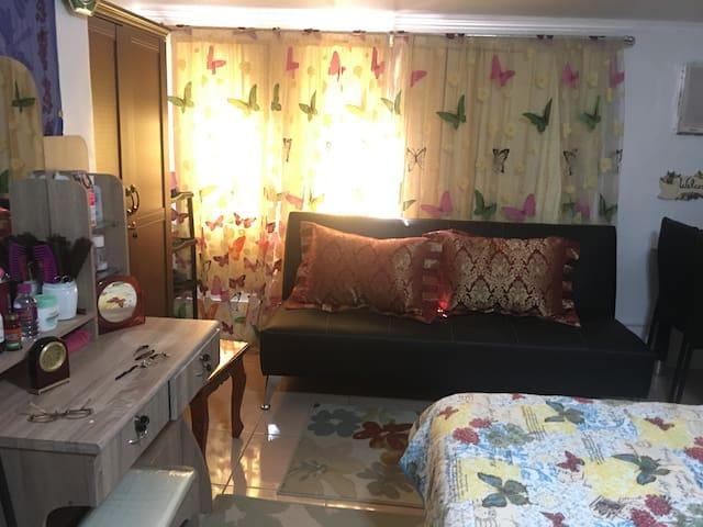 Romarosa condo room w wifi - Quezon City - Talo