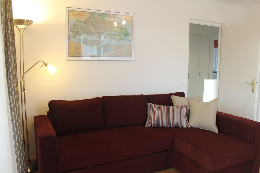 Sofa (kann zu 1,40m breitem Bett ausgezogen werden) - Couch (may be turned into a 1,40m wide bed)