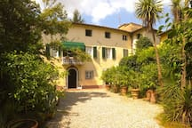 la Villa, nel Borgo delle Camelie