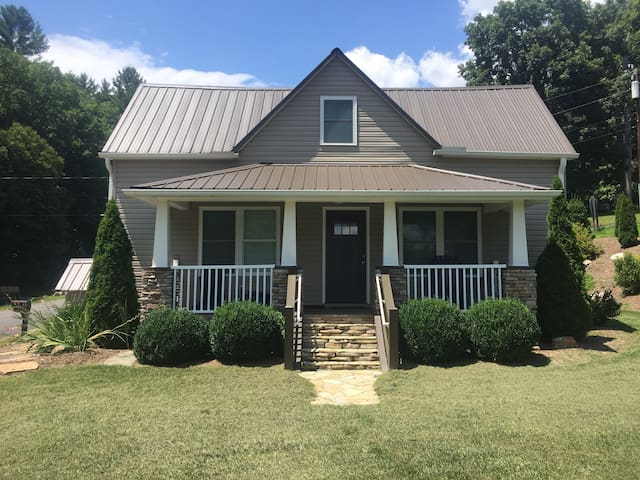 Remodeled farm house in the heart of Fairview NC