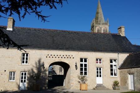 """B&B """"Clos du Mont""""-Saint Côme du Mont, roomGarance - Saint-Côme-du-Mont"""