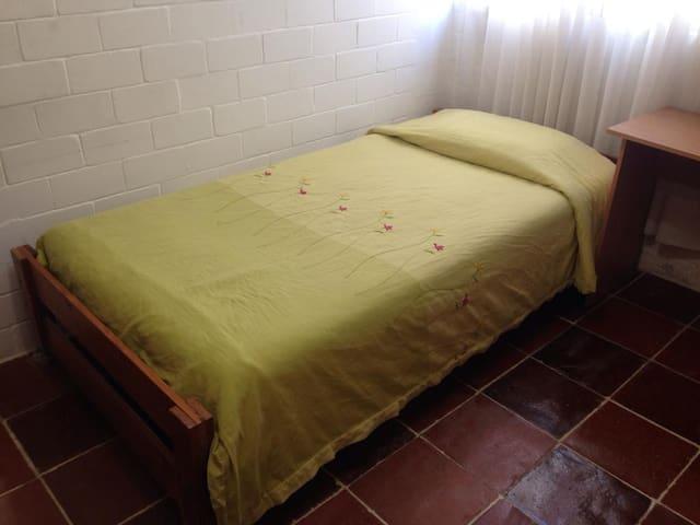 Económica cama en rec. compartida c/DESAYUNO damas