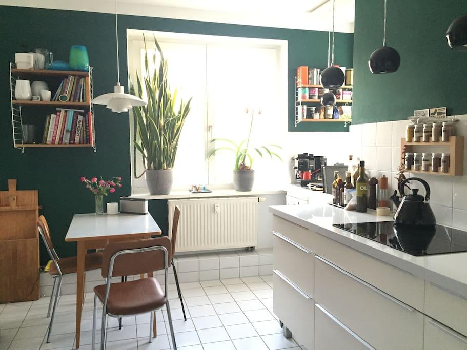 Großzügige Küche mit kleinem Esstisch