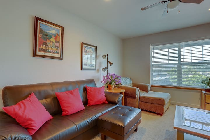 Lodge #13 - Beautiful condo, river views, in the heart of Hood River!