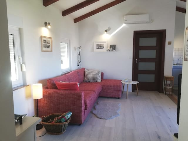Romantic Retreat -only 3 minutes from the sea!