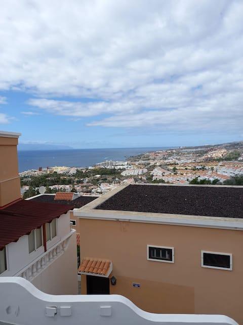 Habitación y baño privados, con vistas al mar.