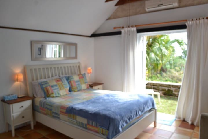 Beach cottage: 3 min. walk to beach - paget - Huis