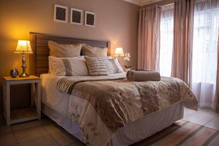 Protea Apartment - free Wifi - near OR Tambo