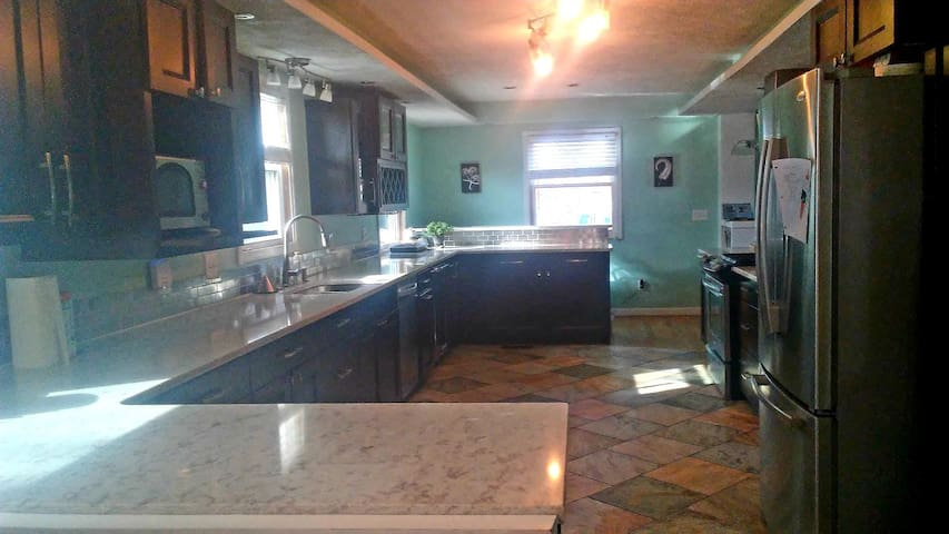 Happy haven near ND, 4 bedrooms, big kitchen, pool