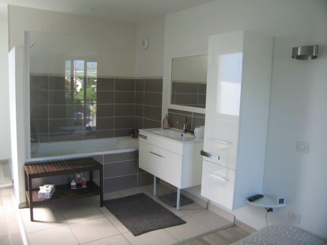 Chambre  avec salle de bains privative et TV - エクス=レ=バン - 一軒家